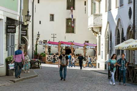 Tallinn, Estonie, 28 juin : Des touristes se promènent dans la ville et se familiarisent avec les sites touristiques du vieux Tallinn, le 28 juin 2019. Éditoriale