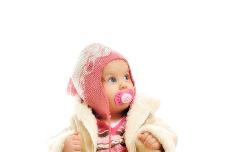 ropa invierno: lindo beb� feliz con sombrero y chaqueta de invierno aislados en blanco