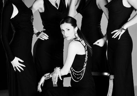 modelo en pasarela: hermosa mujer en pista desfile de moda con jawel oro