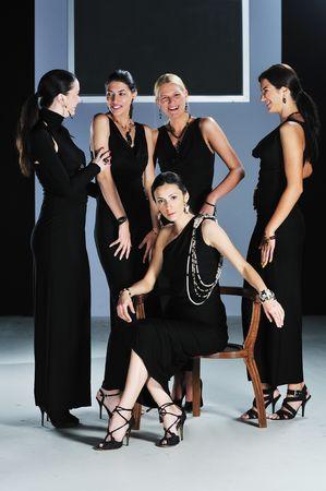modelo en pasarela: bella mujer en desfile de moda Foto de archivo