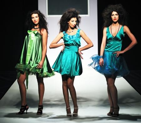 modelo en pasarela: hermosa joven modelo de caminar sobre pista desfile de moda