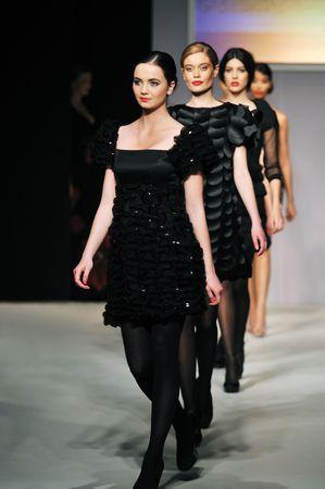 Fashion Show Frau am Piste Walkinx in Luxus-Kleid