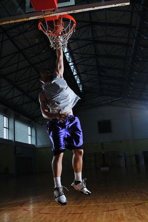 sana joven hombre juego de baloncesto en el gimnasio de la escuela de interior Foto de archivo - 5272810