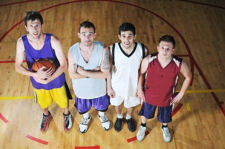 delito: jugadores de baloncesto del equipo hi-retrato en el deporte en la escuela gymbasket equipo de jugadores de pelota en el retrato de alta escuela deporte gimnasio