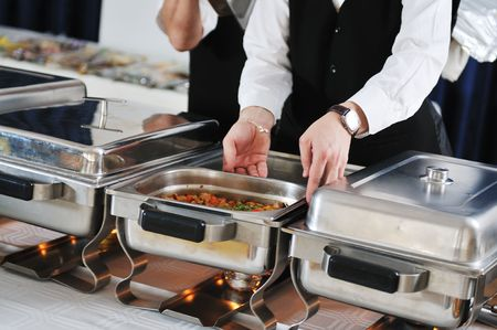buffet: catering buffet voedsel partij voorbereiding man  Stockfoto