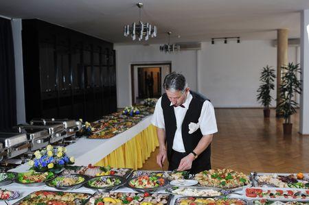 buffet food: hombre de preparaci�n de parte de catering comida tipo buffet Foto de archivo