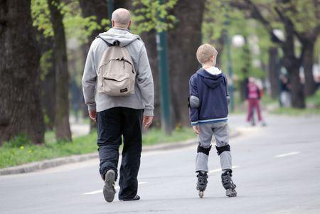 padre e hijo caminando  Foto de archivo - 5350178