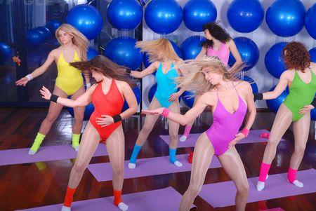 ropa deportiva: club de salud: las mujeres que realizan estiramientos, fitness, aer�bic y yoga ejercicio de