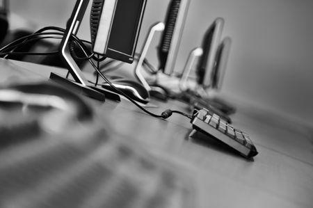 postazione lavoro: nuovo computer con monitor tft in Aula moderno a scuola Archivio Fotografico