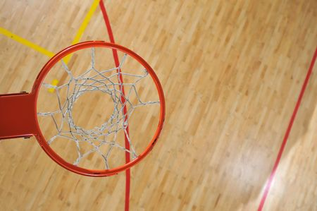 cancha de basquetbol: bal�n de baloncesto interior en la escuela y gimnasio  Foto de archivo