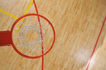 terrain de basket: basket ball � l'int�rieur � l'�cole et le gymnase