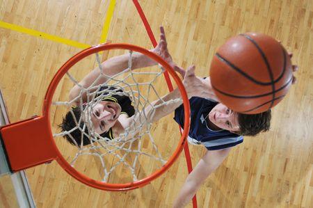 hombre deportista: cencept la competencia con las personas que jugando al baloncesto en la escuela de gimnasia Foto de archivo