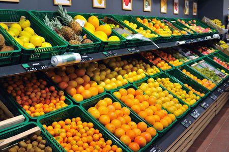 tiendas de comida: frutas frescas listo para comprar en los supermercados