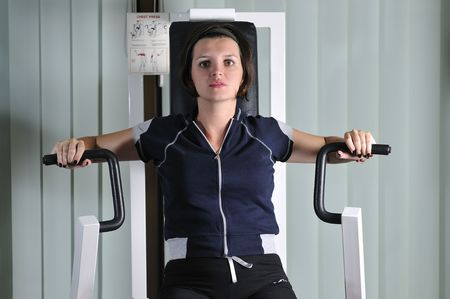 trabalhar fora: young healthy woman work out in fitness