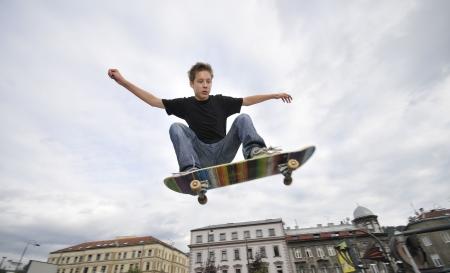 Boy oefenen schaatsen in een skatepark