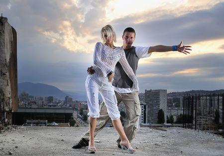 gogo girl: romantische st�dtischen Paar tanzt am Anfang der bulding