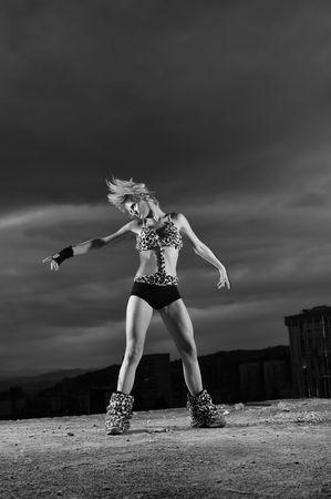 gogo girl: junge gogo dancer M�dchen auf dem Dach des Geb�udes mit der Stadt in backgound Lizenzfreie Bilder