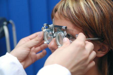 oculista: paciente en oculista Foto de archivo