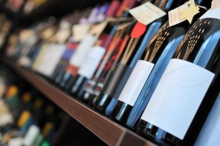 bouteille de vin: Bouteille de vin en boutique Banque d'images