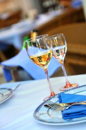 wei?wein: Glas Wei�wein in Luxery-restaurant  Lizenzfreie Bilder