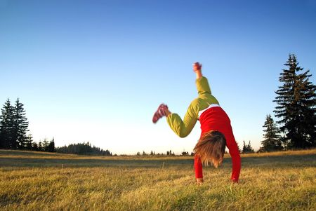 haciendo ejercicio: Chica haciendo ejercicio en la naturaleza