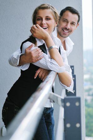 parejas sensuales: feliz pareja rom�ntica relajarse y divertirse en el balc�n de su apartamento nuevo hogar Foto de archivo