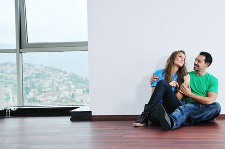 felice cuple giovani divertirsi e rilassarsi nella loro nuova casa grande appartamento luminoso