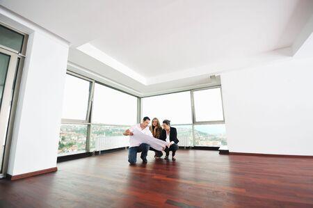 makler: gl�cklich junge Paar Kauf neues Zuhause mit Immobilienmakler und suchen gro�en Komfort, helle Wohnung Pl�ne und Aufnahme-Taste