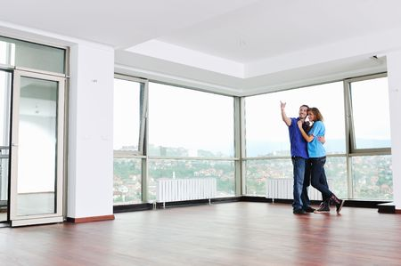 felicidade: happy young cuple have fun and relax in their new big bright home apartment