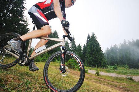 urban jungle: estilo de vida saludable y el concepto de fitness con montar en bicicleta al hombre que montar en bicicleta al aire libre Foto de archivo