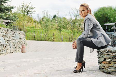 若い女性のファッショナブルな衣料品屋外でポーズ