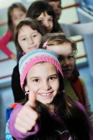 school bag: Grupo de ni�os felices en schoold tener diversi�n y aprendizaje leassos Foto de archivo