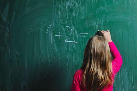 ni�os en la escuela: chica de la escuela feliz en clases de matem�ticas, encontrar soluci�n y soluci�n de problemas