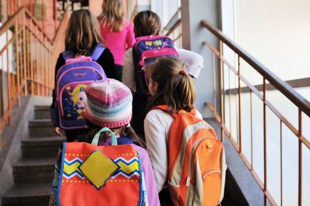 mochila: Grupo de ni�os felices en schoold tener diversi�n y aprendizaje leassos Foto de archivo