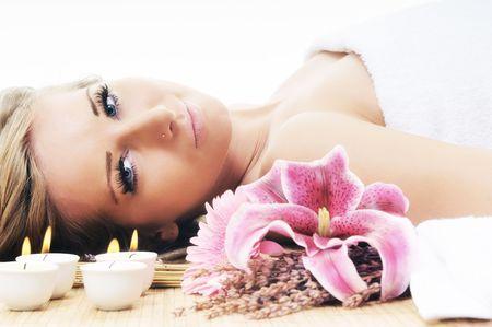 jeune femme belle spa et beauté de traitement isolé sur blanc