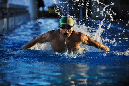 concepto de estilo de vida de salud y fitness con atleta joven nadador recreando en olimpic pool  Foto de archivo