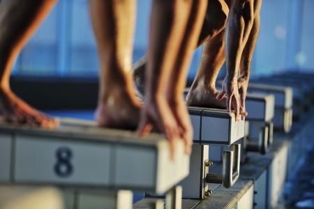 nuoto: inizio posizione gara concetto con nuotatore fit in piscina