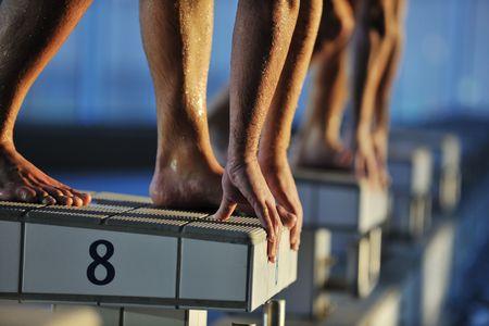 nadar: iniciar el concepto de raza de posici�n con nadador encajar en la piscina