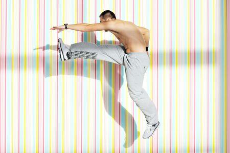 ropa deportiva: un joven sano ejercicio fitness recreaci�n e interior  Foto de archivo