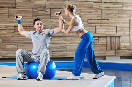 fortaleza: entrenador personal de aptitud en fitness clases de grupo de apoyo de personas y wotrking a juntos en equipo