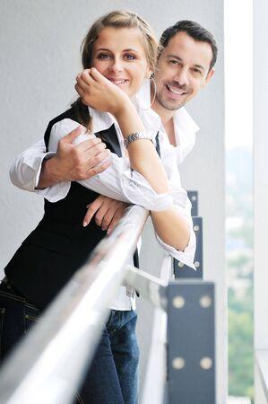 parejas sensuales: rom�ntica feliz pareja relajarse y divertirse en el balc�n en su apartamento de casa nueva Foto de archivo