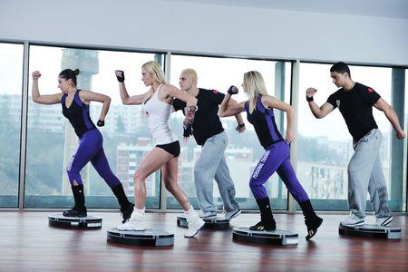 gimnasia aerobica: j�venes saludables idoneidad de ejercicio de grupo y obtener encajar