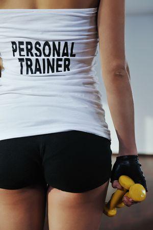 aide � la personne: Fitness femme personal trainer dans un club de sport int�rieur  Banque d'images