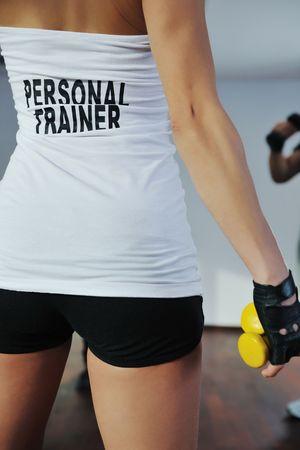 aide � la personne: fitness femme entra�neur personnel au club de sport int�rieur