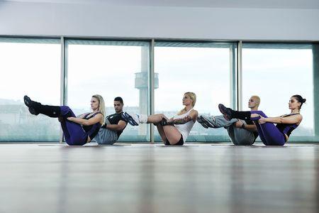 jóvenes saludables idoneidad de ejercicio de grupo y obtener encajar