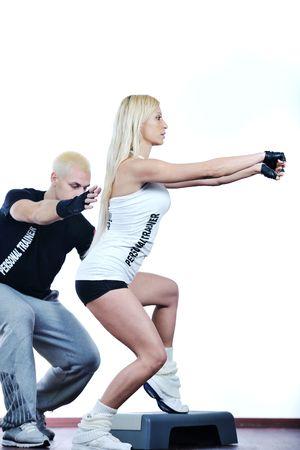 aide � la personne: Fitness personal trainer dans le club de fitness exercer avec client
