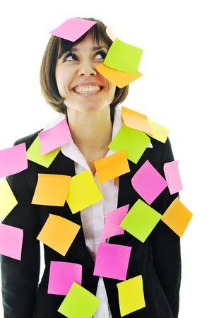een gefrustreerd jonge zaken vrouw met veel van post-it vertegenwoordigen concept geheugen en frustratie over werk