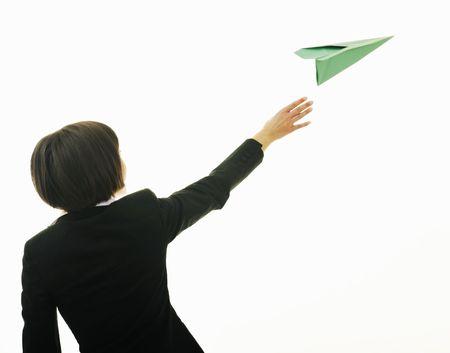papierflugzeug: Happy young Business Woman isoliert Ona wei� werfen Papier Flugzeug