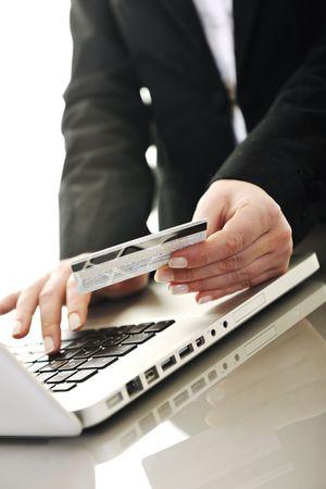 new age: mujer de negocios j�venes haciendo el pago en l�nea con tarjeta de cr�dito y que representa el concepto de la new age en dinero bancario y pl�stico