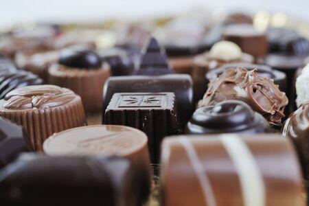 praline: luxe en zoete praline en chocolade decoratie voedsel close-up